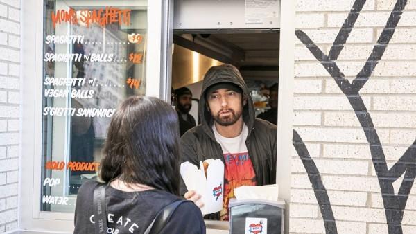 Eminem: Άνοιξε εστιατόριο στο Detroit και οι φαν του έκαναν ουρές για ένα πιάτο με μακαρόνια