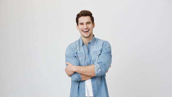 Γιατί οι άντρες που χαμογελούν συχνά δεν είναι τόσο ελκυστικοί για τις γυναίκες
