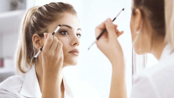 Έρευνα: Σε πόση ώρα μακιγιάρονται οι γυναίκες έξι μεγάλων χωρών