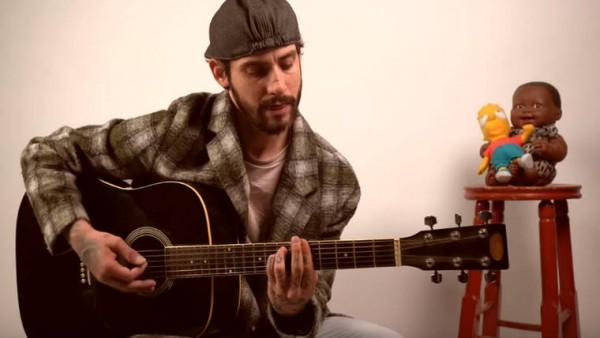 Ο Αναστάσιος Ράμμος μένει σπίτι και μας χαρίζει ένα μοναδικό unplugged με τα τραγούδια του