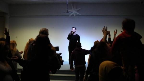 Ξεχωριστή συναυλία από τον Κώστα Μαρτάκη στις Φυλακές Ελαιώνα