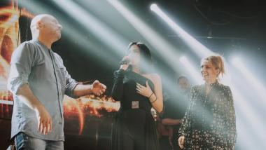 Ο Νίκος Μουτσινάς πήγε στη Λένα Ζευγαρά και «αμάρτησε» πάνω στη σκηνή  [video]