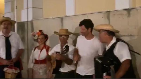 Ο Σάκης Ρουβάς τραγουδά με τους κανταδόρους της Κέρκυρας