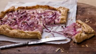 Συνταγή: Γρήγορη τάρτα με κρεμμύδια και φέτα
